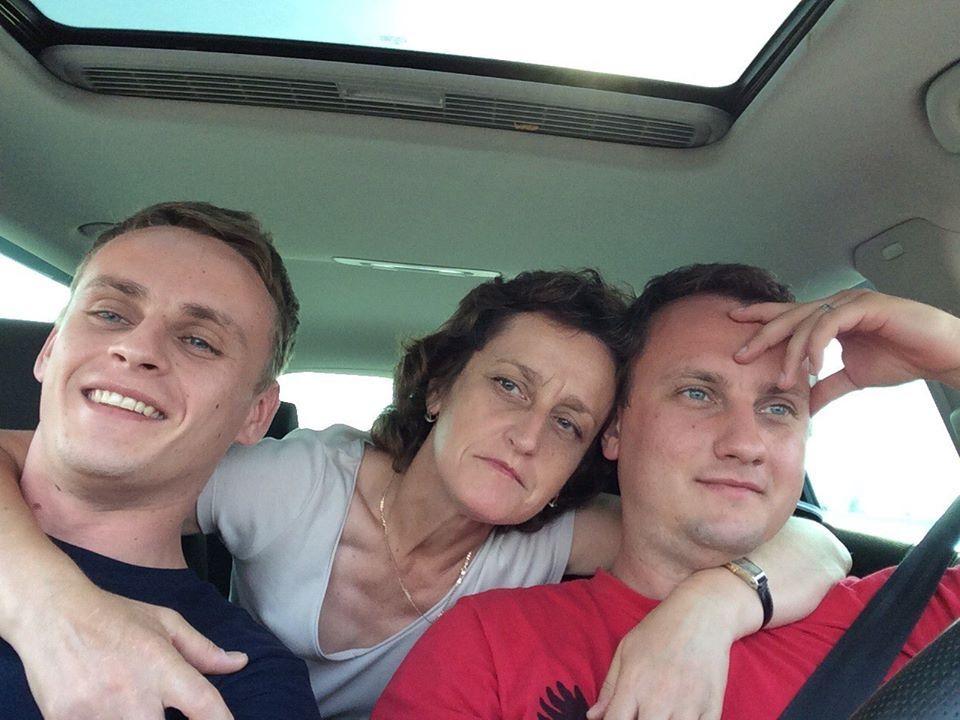Валянцін Сінкевіч і Эдуард Сінкевіч разам з маці. Фота даслалі .eu