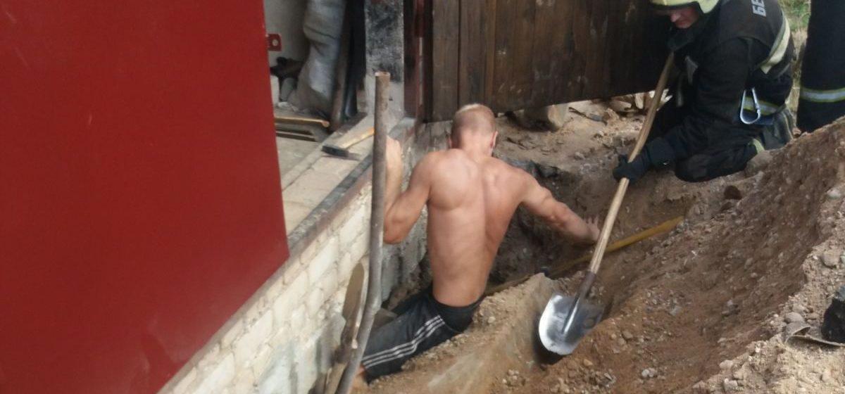 Во время земляных работ в Барановичах мужчине зажало ноги железобетонной плитой