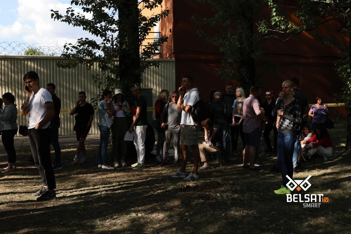 На ИВС и ЦИП Окрестина выдают задержанным вещи. Минск, Беларусь. 15 августа 2020 года. Фото: Ира Ареховская / Vot-tak.tv / Belsat.eu