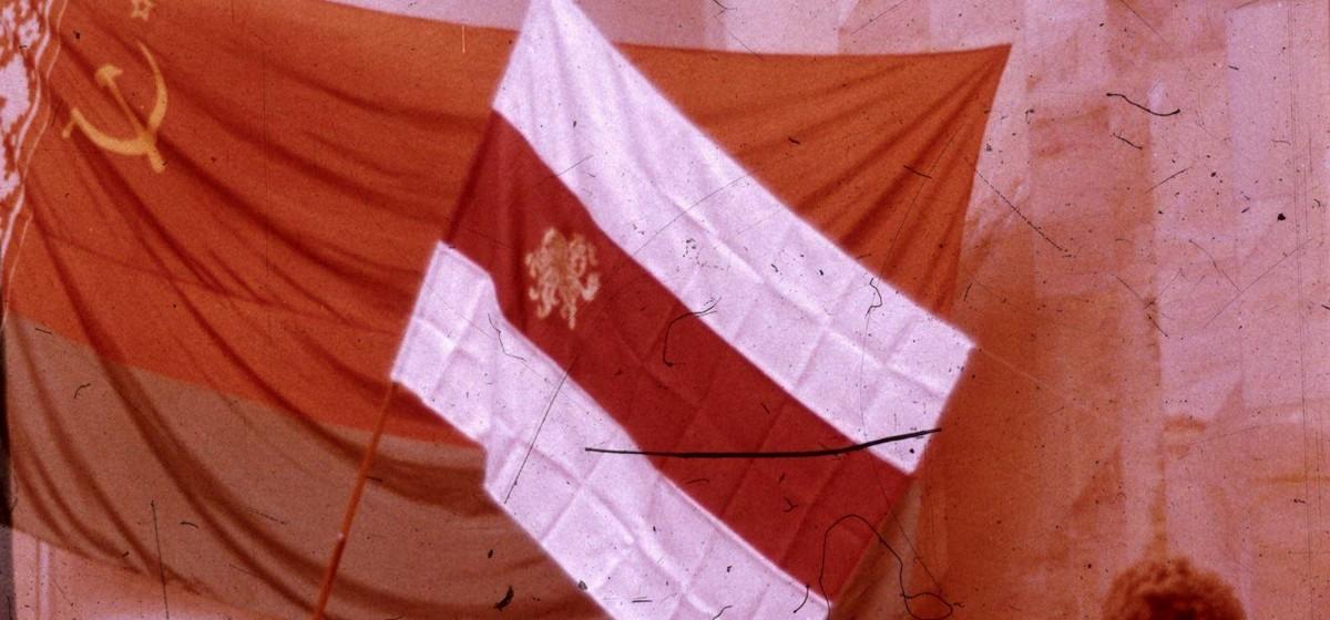 Бел-чырвона-белы сцяг, які 25 жніўня прынёс у Вярхоўны Савет першы беларускі касманаўт Уладзімір Кавалёнак.