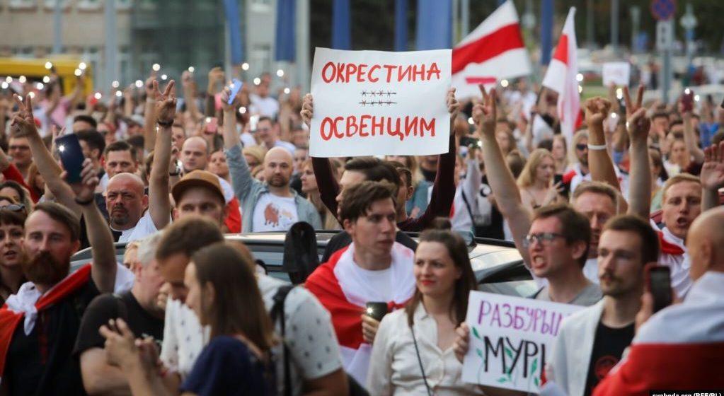 Сотни сотрудников БТ готовы объявить забастовку – требуют показать правду об избиении протестующих. В телецентр приехала Кочанова.
