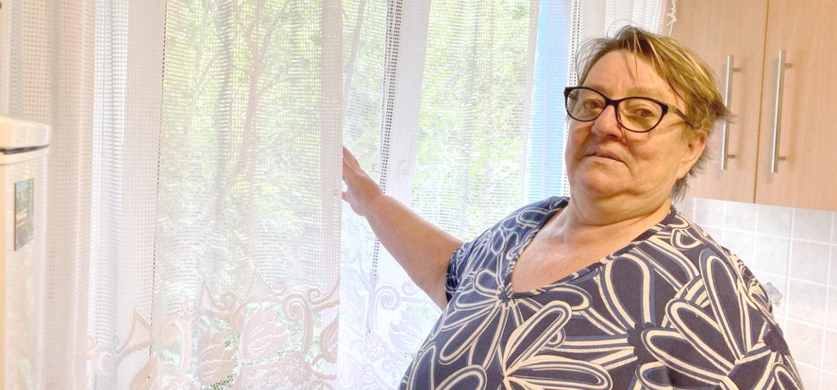 «Живу, как  в подвале». Жительница Барановичей несколько лет добивается, чтобы под ее окнами обрезали высокие кусты