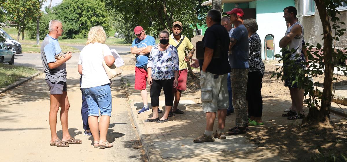 Жители дома на ул. Наконечникова, 5 недовольны капремонтом и требуют исправить все недочеты. Фото: Андрей БОЛКО