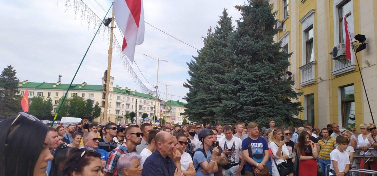 Горожане собрались у здания исполкома. Как в Барановичах проходит десятый день протестов. Онлайн