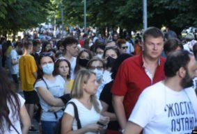 Тысячи людей собрались, чтобы приветствовать Тихановскую в Минске. Работники Дома молодежи включили «Перемен!». Онлайн