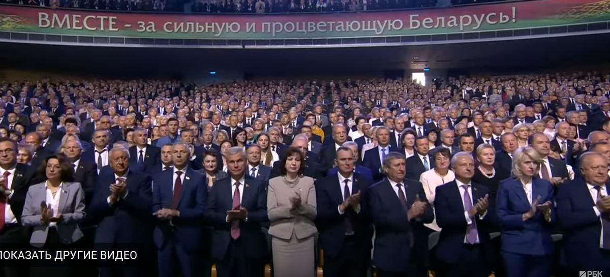 Необычное завершение послания Лукашенко: он сразу ушел со сцены, а зал 140 секунд аплодировал пустой трибуне. Видео