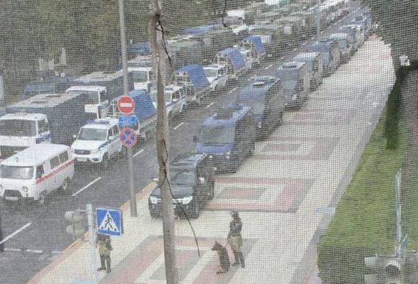 Колонна автомобилей МВД с колючей проволокой на прицепах стоит у здания Администрации президента. Фотофакт