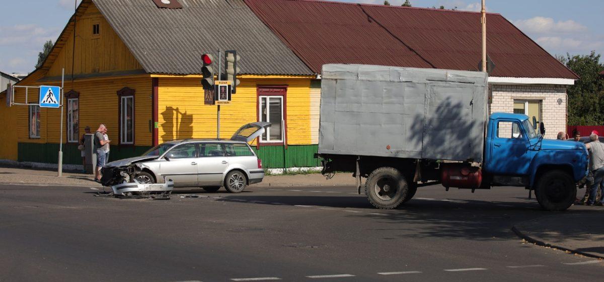 Легковушка и грузовик столкнулись в Барановичах. Фотофакт