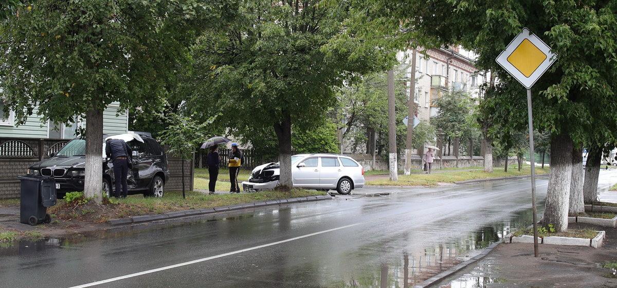 В результате ДТП в Барановичах «БМВ» выехал на тротуар