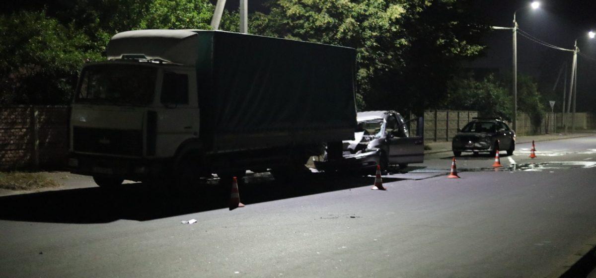 «Крайслер» въехал в припаркованный «МАЗ» в Барановичах. Водителя извлекали сотрудники МЧС