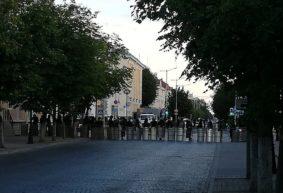Сотрудники МВД задерживают и бьют подростка в Барановичах. Видеофакт