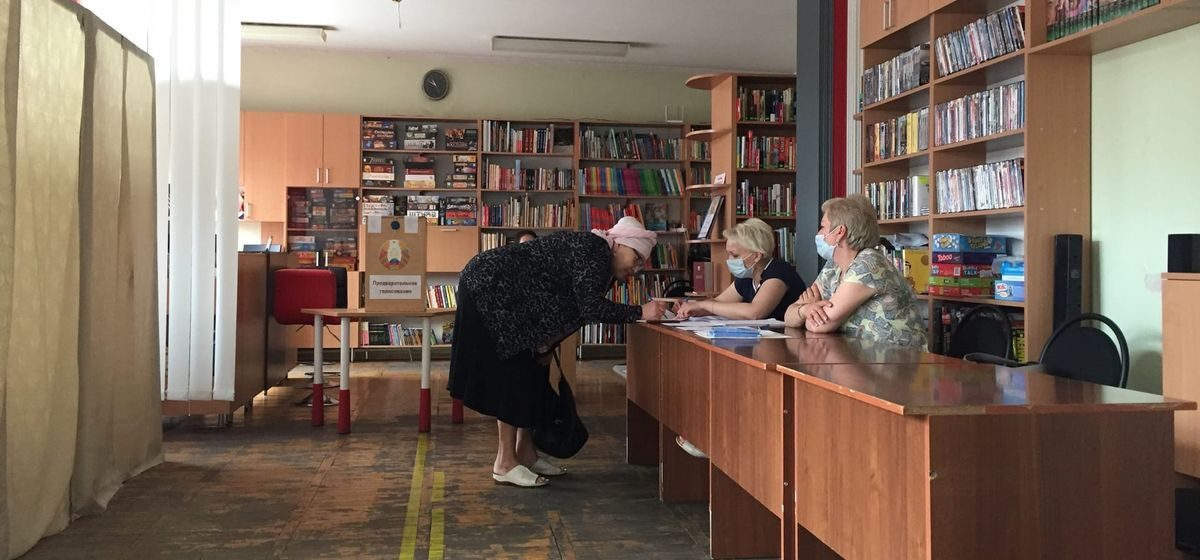 «Пришла голосовать за своего любимого». Как в Барановичах прошел первый день досрочного голосования