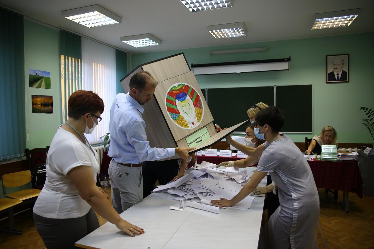 9 августа. Подсчет голосов на избирательном участке №44. Фото: Татьяна МАЛЕЖ