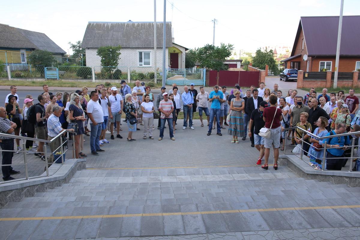 Жители города Барановичи пришли к зданию суда поддержать работников авиазавода. Фото: Татьяна МАЛЕЖ