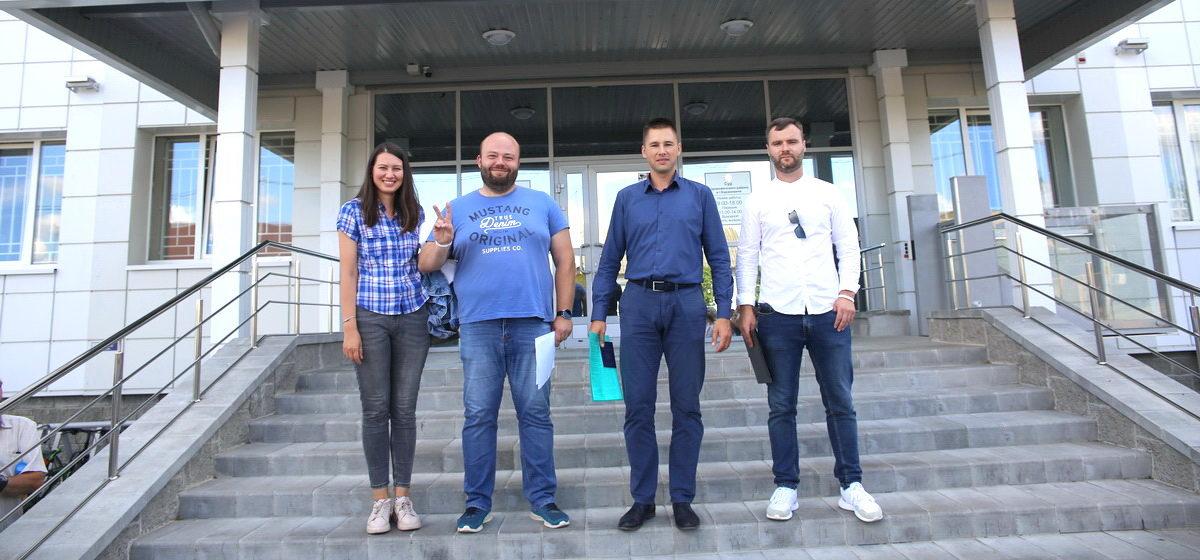 Суд над работниками авиазавода в Барановичах перенесен. Поддержать их пришли около сотни человек