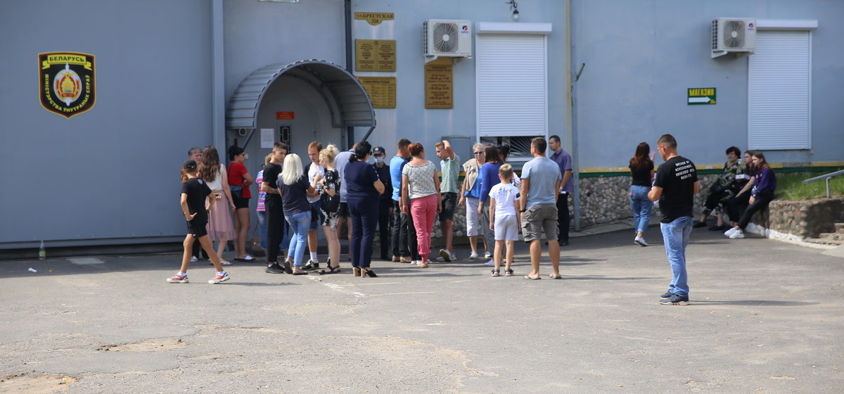 «Кто ответит за избиения наших детей?!» Жители Барановичей встречали у СИЗО подростков, попавших под «хапун» во время уличных протестов