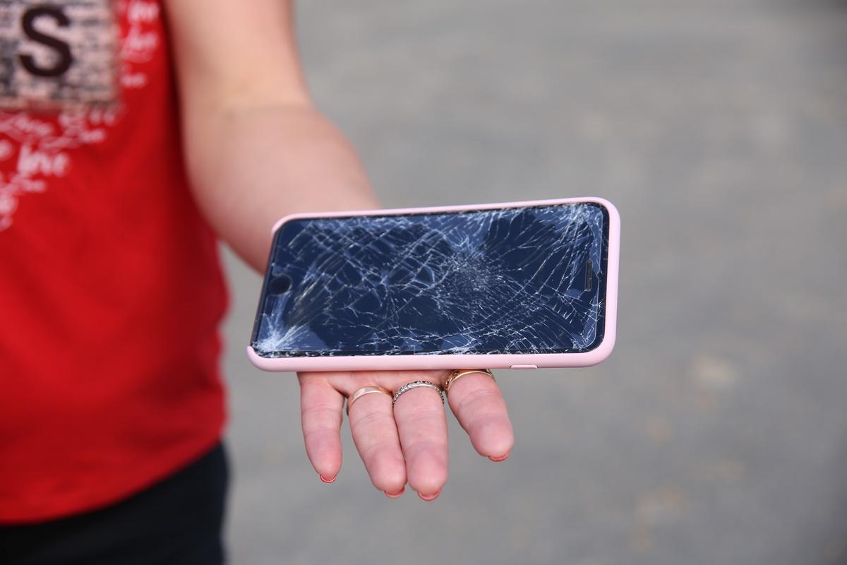 Мобильный телефон разбили одному из парней, когда били дубинками. Фото: Татьяна МАЛЕЖ
