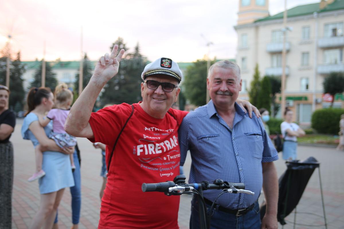Пенсионер Игорь (слева). Фото: Диана КОСЯКИНА