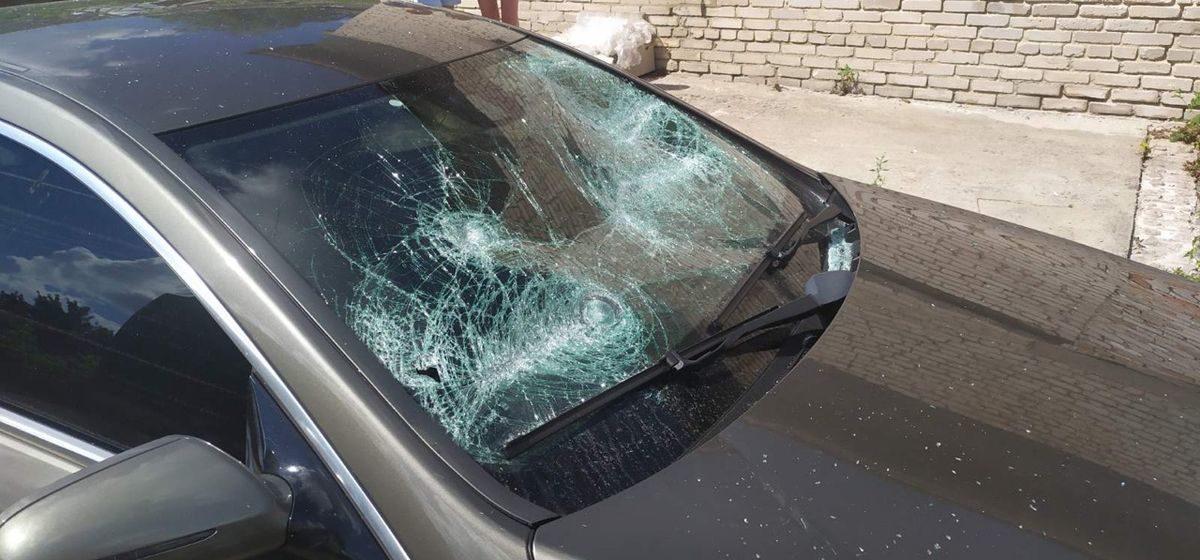 «Скажи спасибо, что дом не спалили». Жители Барановичей рассказали, как силовики громили дубинками их автомобили в центре города