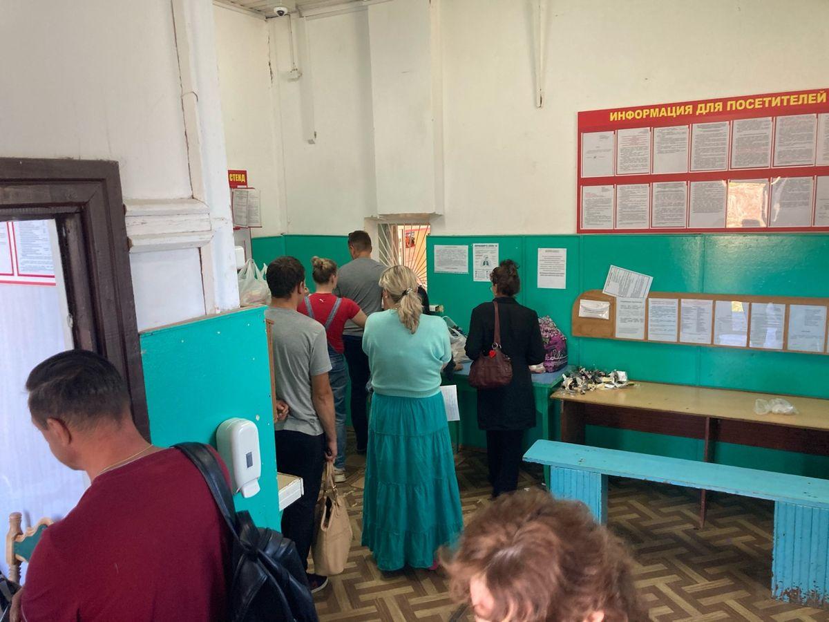 Люди стоят в очереди, чтобы передать посылки заключенным. Фото: Ирина КОМИК