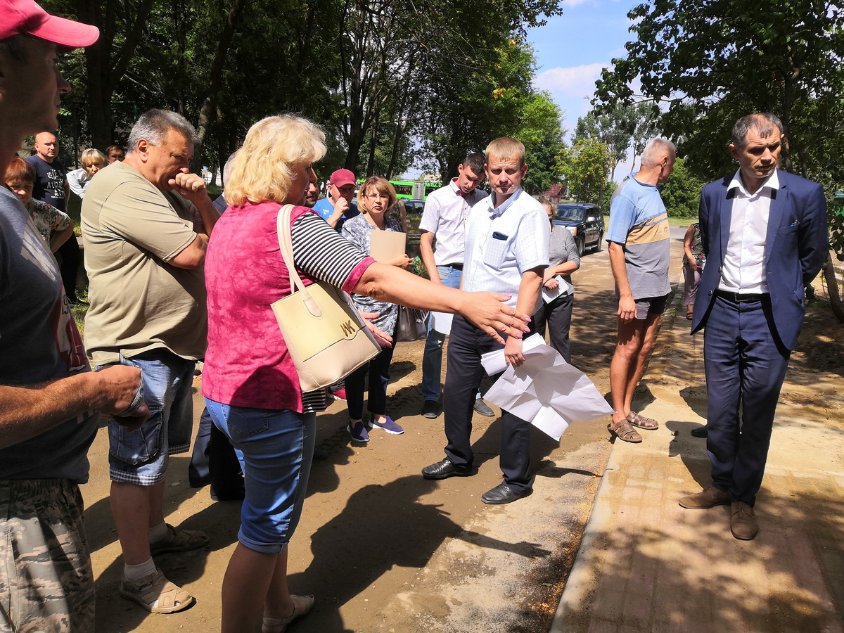 Встреча жильцов дома с комиссией,  29 июля.  Фото: Алена ПЕТРУЧИК