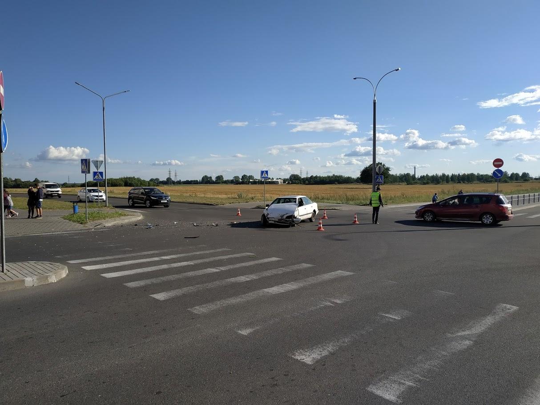 «Мерседес» перевернулся на бок после столкновения с «Фордом» в Барановичах