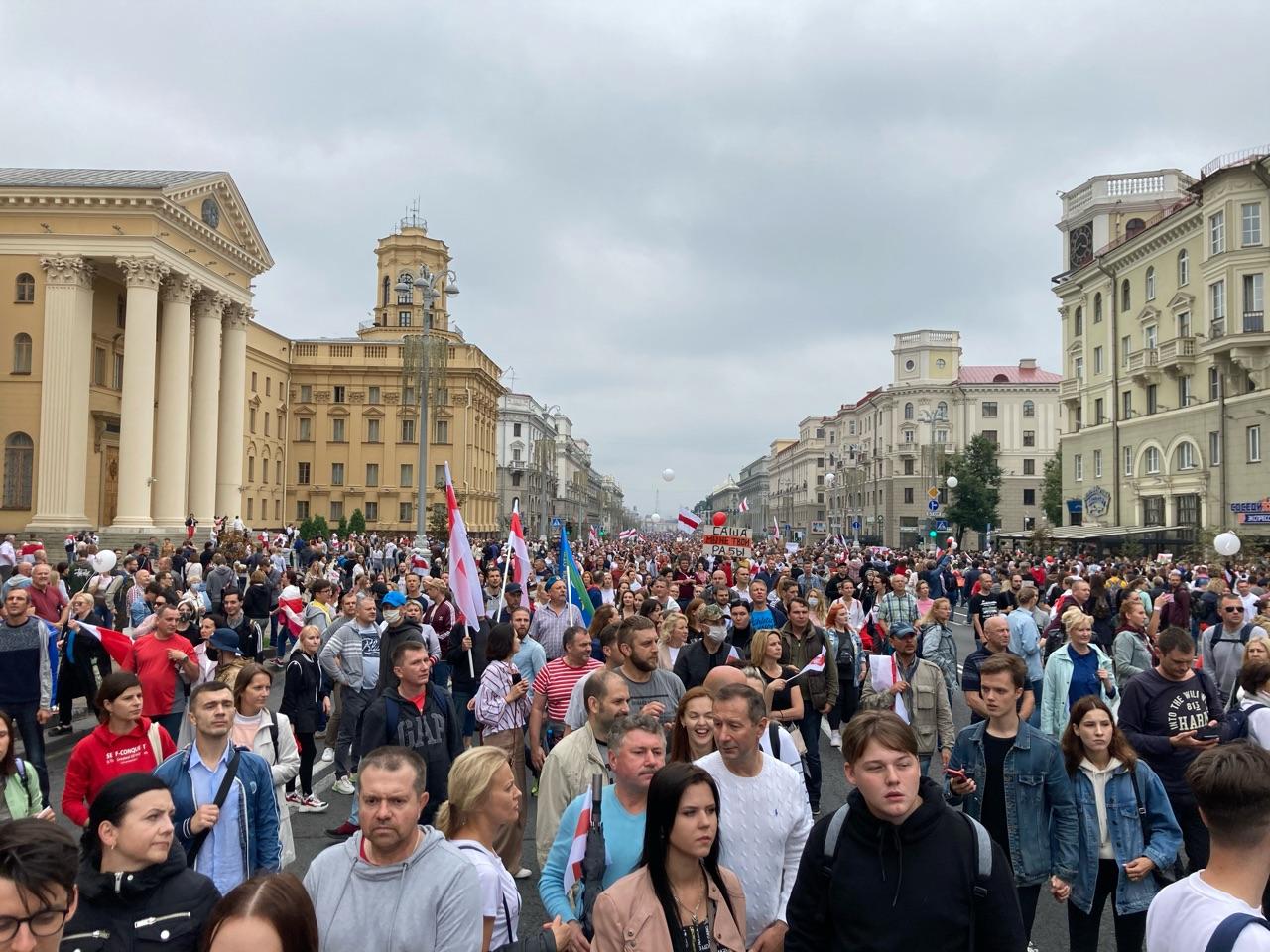 Люди вышли на проспект Независимости на «Марш новой Беларуси». Фото: Intex-press