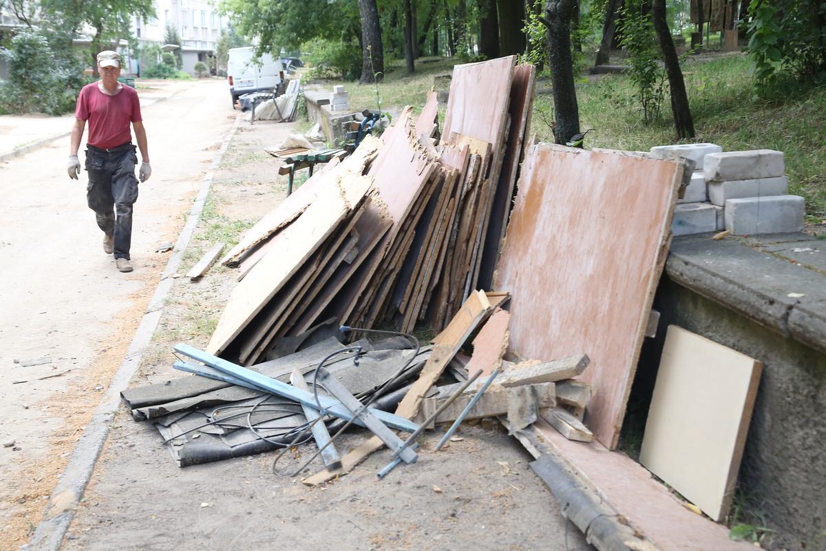 Жильцы дома №5 на улице Наконечникова жалуются, что в их дворе, несмотря на то, что ремонт близится к завершению, «полная разруха». Фото: Андрей БОЛКО