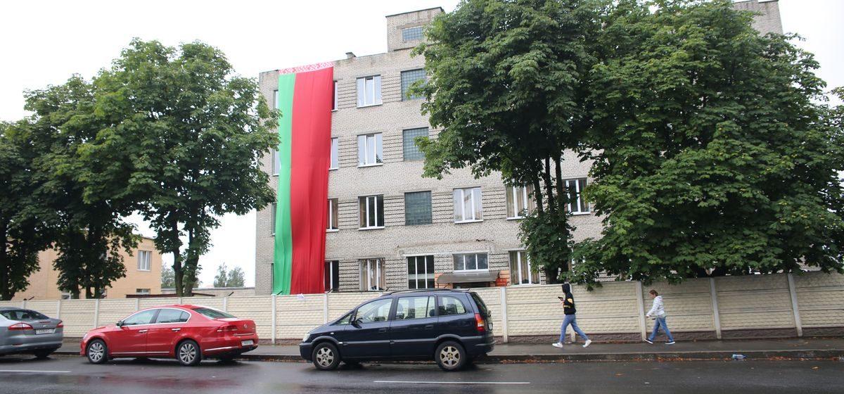 Белорусский флаг размером с четырехэтажный дом вывесили на казарме в Барановичах. Фотофакт