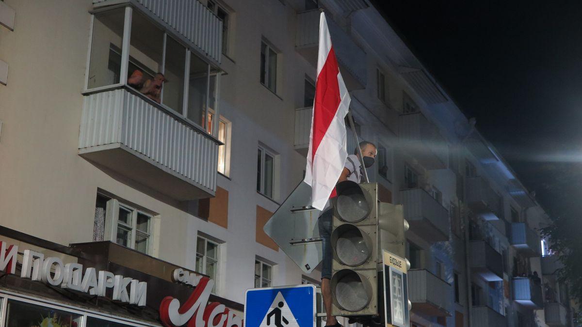 На городском светофоре мужчина прикрепил свой бело-красно-белый флаг. Фото: Диана КОСЯКИНА