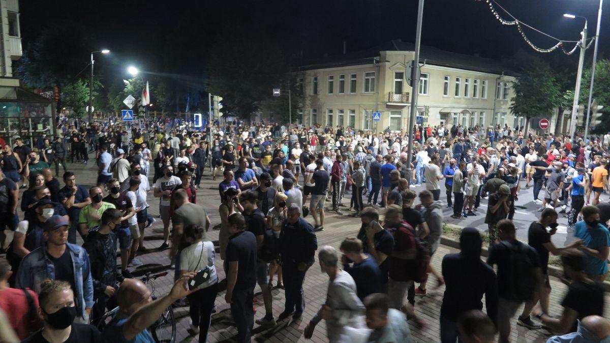 Протестующие люди 10 августа в Барановичах. Фото: Диана КОСЯКИНА