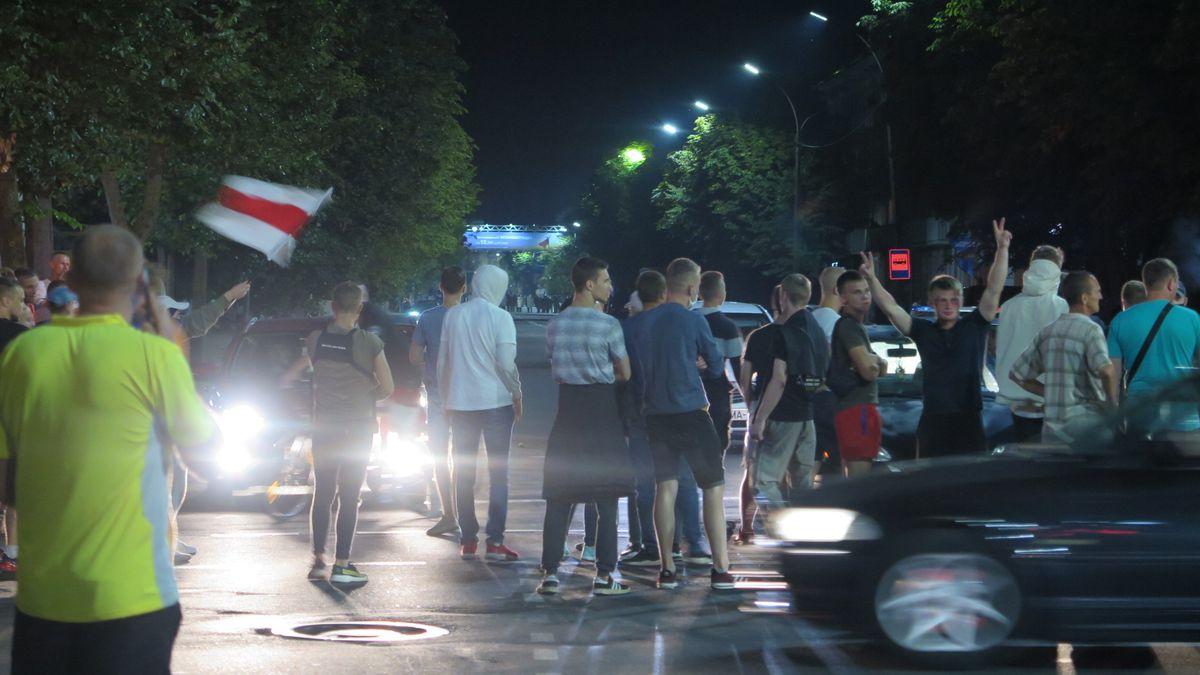 Группа протестующих собралась на перекрестке Комсомольской и Куйбышева. Фото: Диана КОСЯКИНА