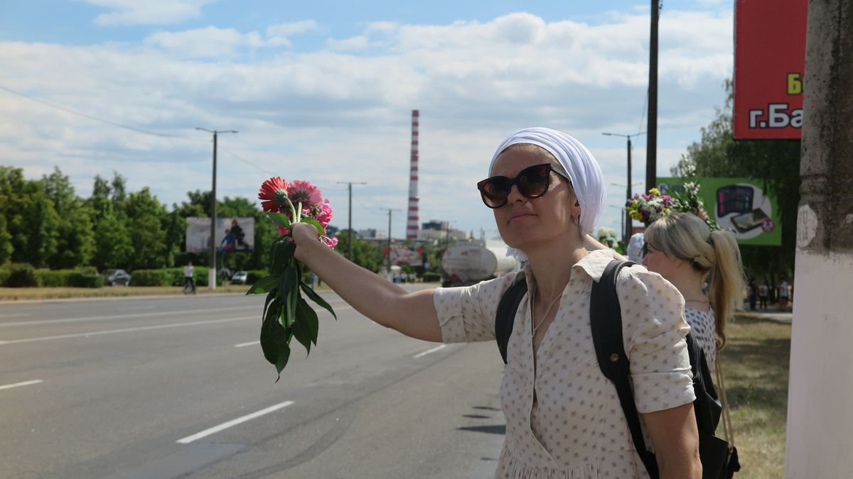 Одна из участниц акции против насилия 13 августа в Барановичах. Фото: Диана КОСЯКИНА