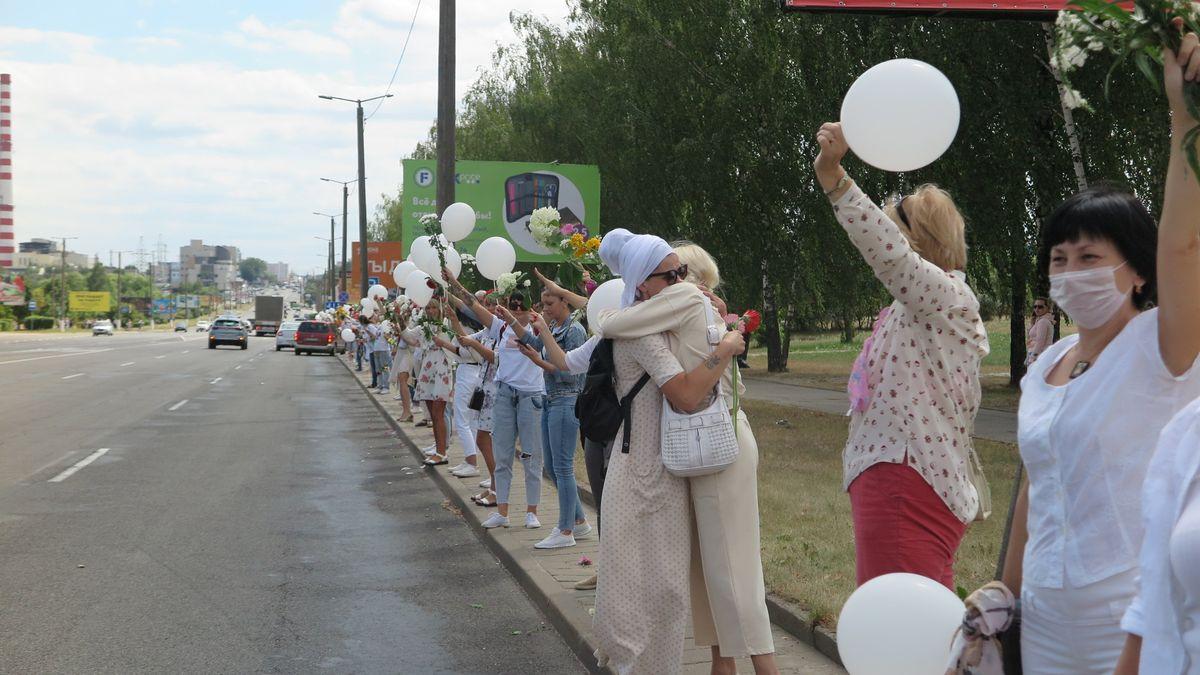 Собравшиеся в цепочку женщины обнимали друг друга в знак солидарности. Фото: Диана КОСЯКИНА