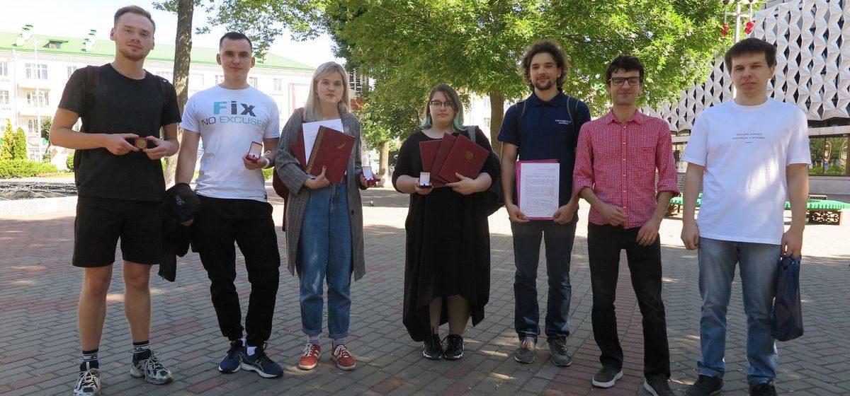Барановичские выпускники отнесли в исполком свои медали и награды в знак протеста против насилия