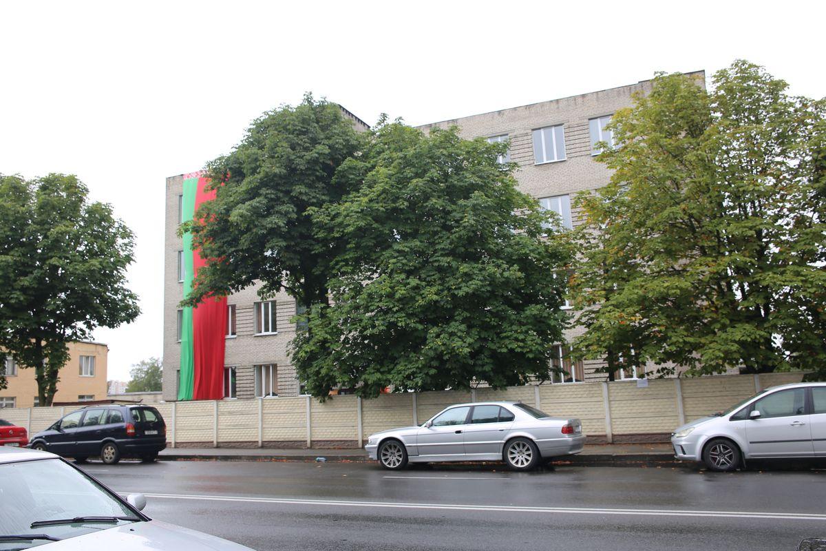 Государственный флаг на здании воинской части на улице 50 лет БССР в Барановичах. Фото: Татьяна МАЛЕЖ