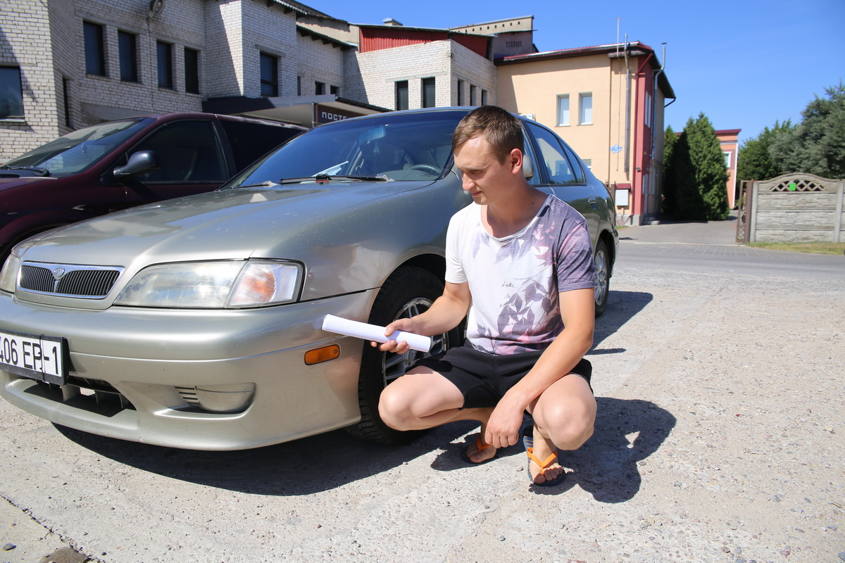 Егор Пацукевич показывает царапину на бампере от ДТП. Фото: Татьяна МАЛЕЖ