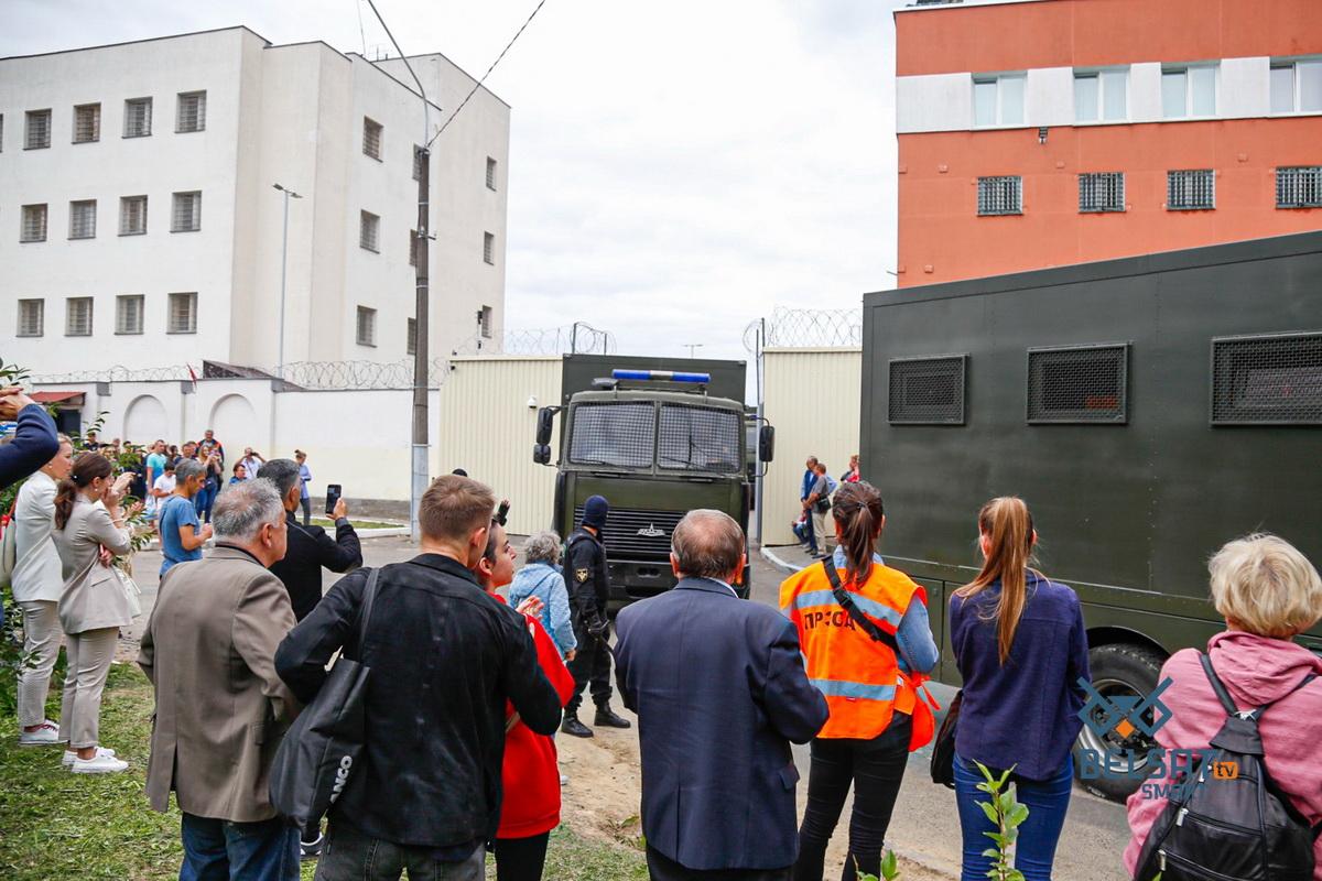 На Окрестина люди пытаются узнать, где их задержанные родственники и друзья. Минск, Беларусь. 12 августа 2020 г. Фото: ТК / Belsat.eu