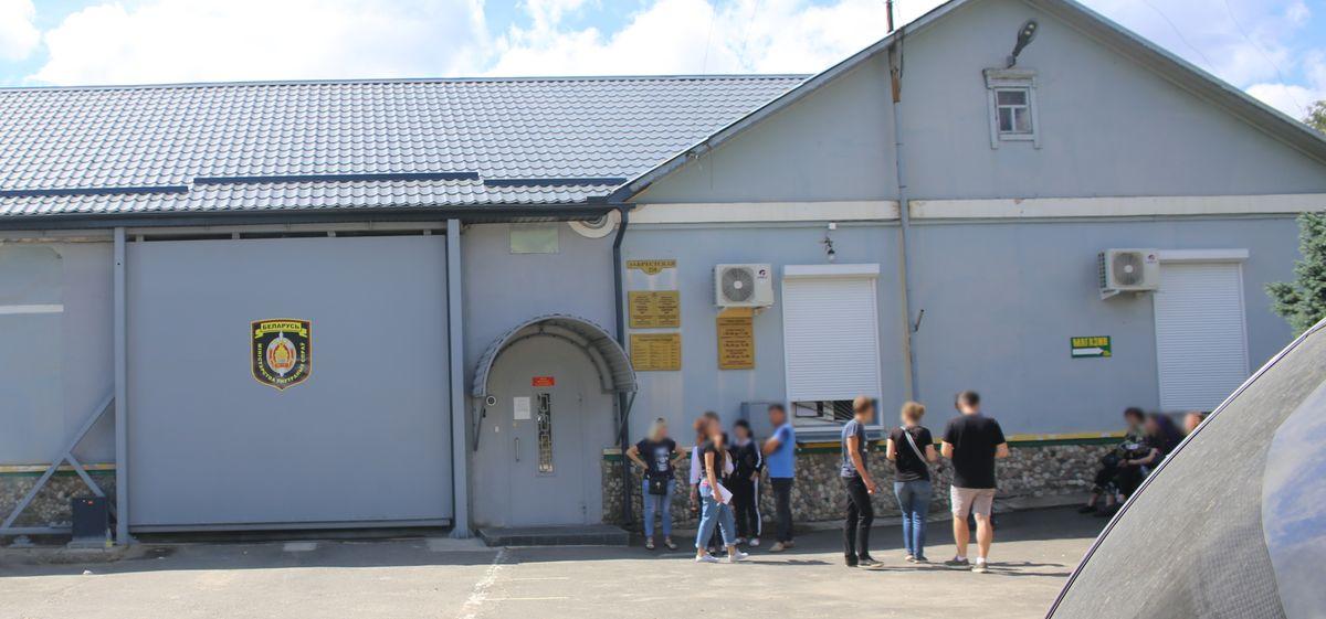 Родственники задержанных у СИЗО №6 города Барановичи. Фото: Татьяна МАЛЕЖ