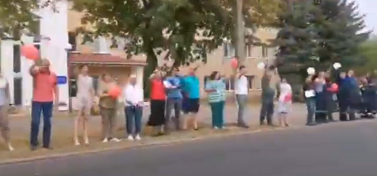 Работники барановичских электросетей вышли на акцию против насилия. Видеофакт