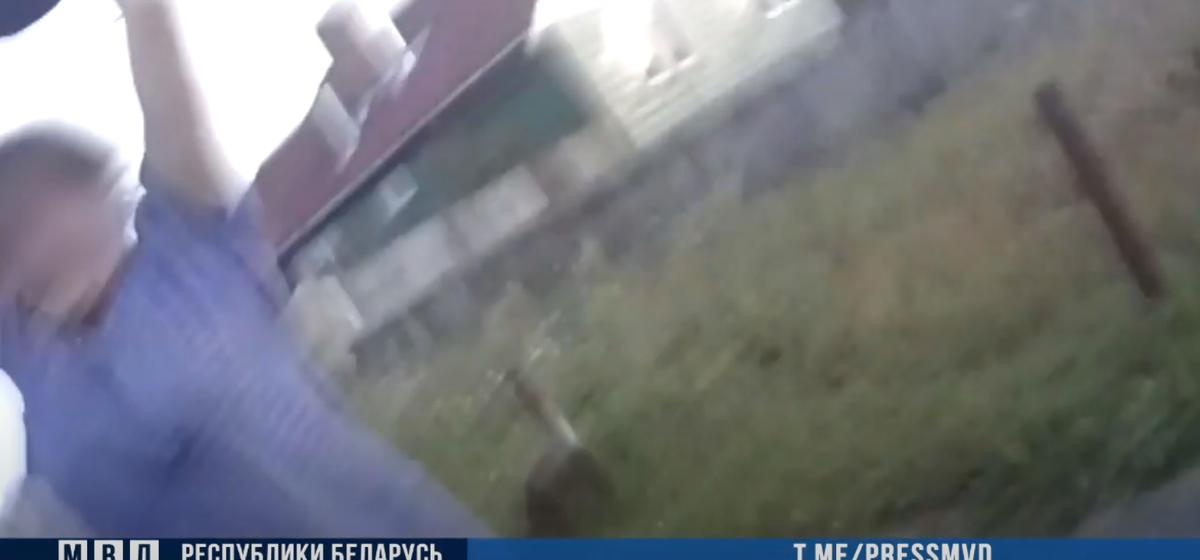 Теща вступилась за зятя и ударила диском от культиватора инспектора ГАИ. Видео