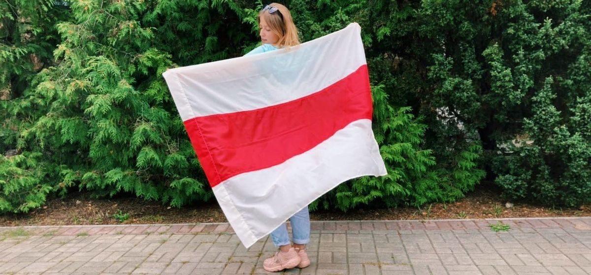 Как сделать бело-красно-белый флаг своими руками