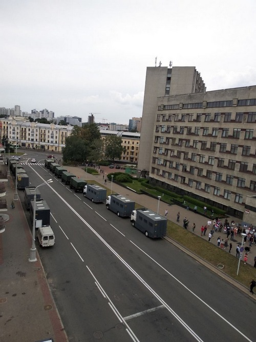Автозаки у министерства образования 25 августа. Фото: паблик «Чай з варэннем»