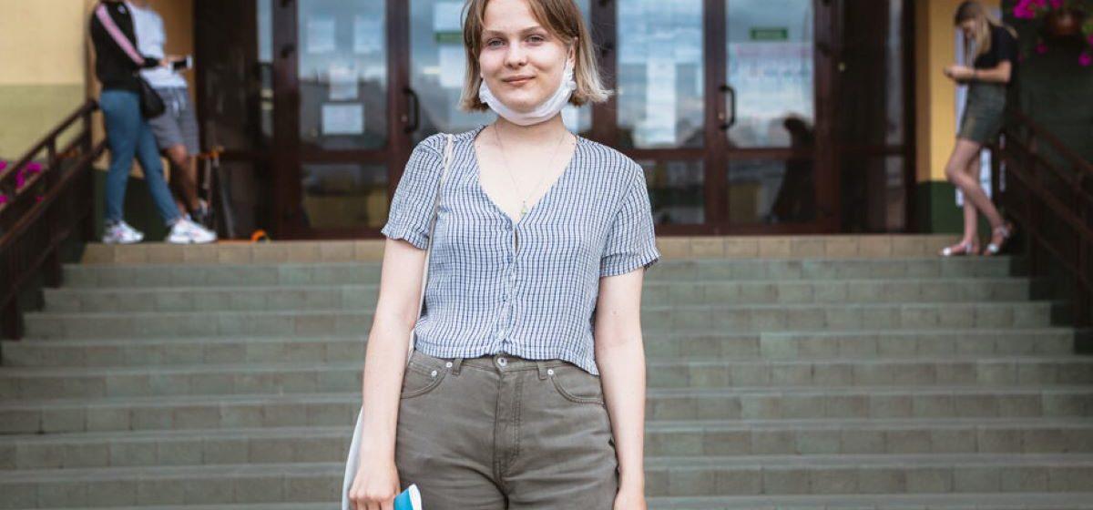 «Вочы апускаюць»: 20-гадовую назіральніцу не пускаюць у школу яе ж настаўнікі