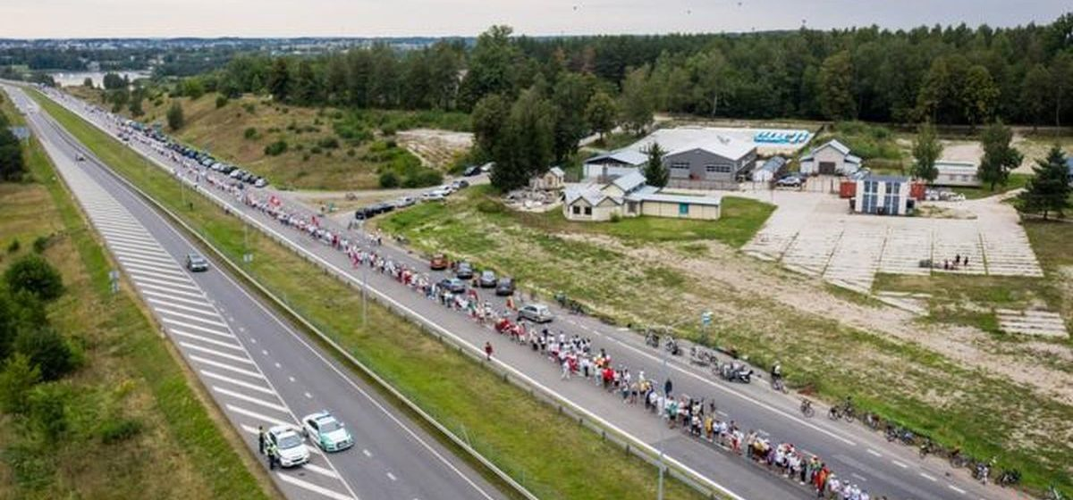 От Вильнюса до границы Беларуси 50 тысяч литовцев стали в цепь солидарности