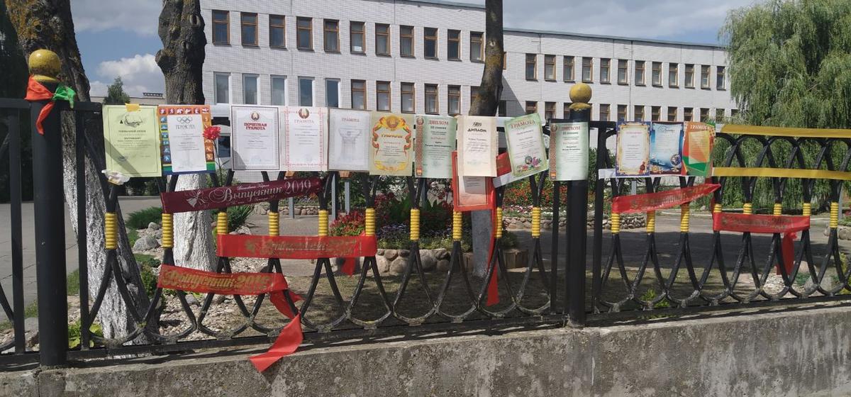 Барановичские выпускники приносят к школам свои выпускные ленты и награды в знак протеста против фальсификаций выборов