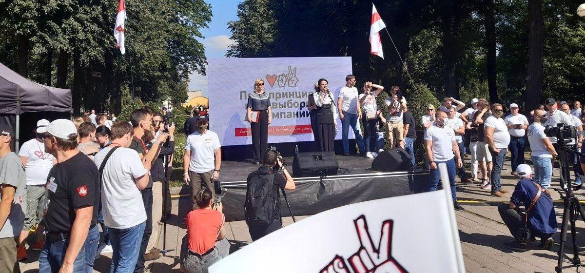 Тысячи людей пришли на пикет в поддержку Тихановской в Барановичах. Онлайн
