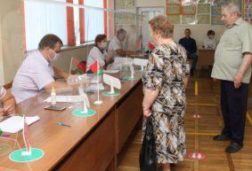 За «стеклом», с баранками и живой музыкой. Что происходит на избирательных участках в Барановичах. Фоторепортаж
