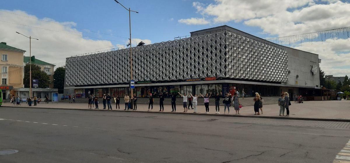 Люди выстроились вдоль улицы и аплодируют в Барановичах. Фото, видео