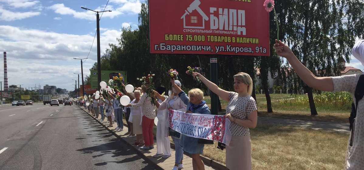 Сотни женщин в белом вышли в Барановичах на акцию против насилия. Видео